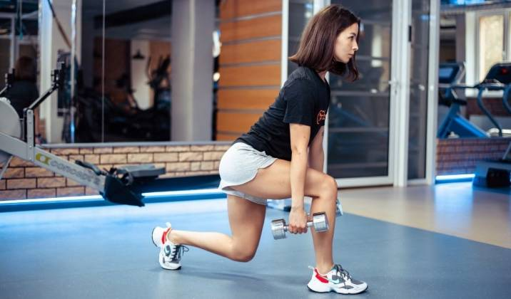 reverse lunge - lower body dumbbell exercises for weight loss