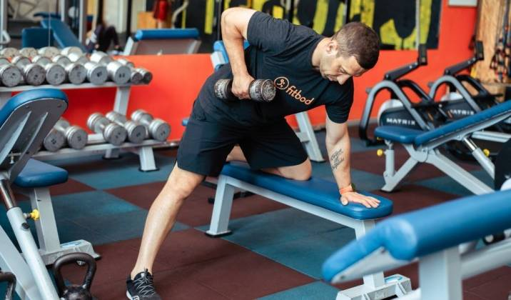 the single arm row is a popular rowing movement